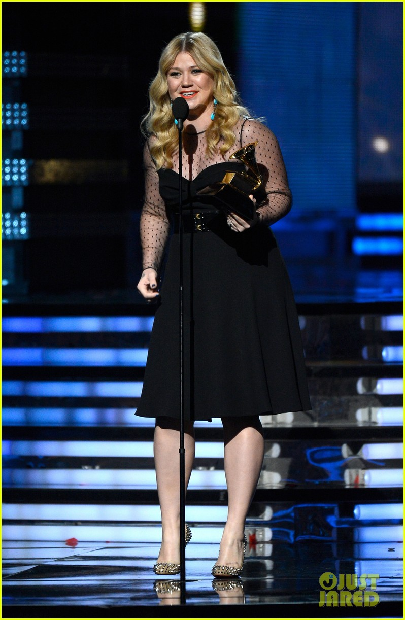 kelly clarkson grammys 2013 with brandon blackstock 012809521