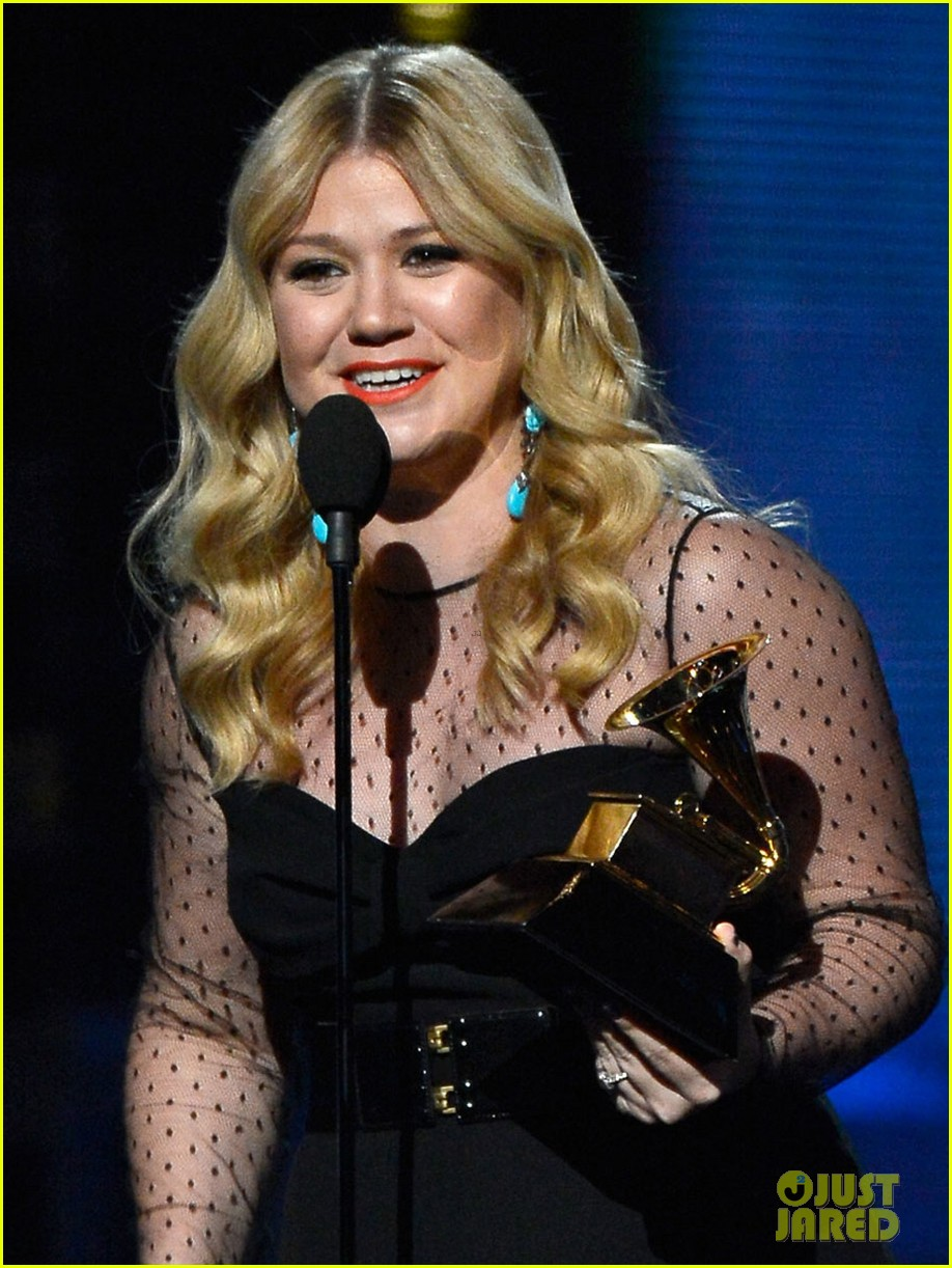 kelly clarkson grammys 2013 with brandon blackstock 04