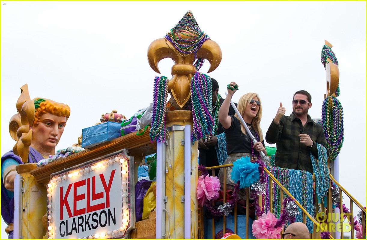 kelly clarkson mardi gras parade with brandon blackstock 032808453