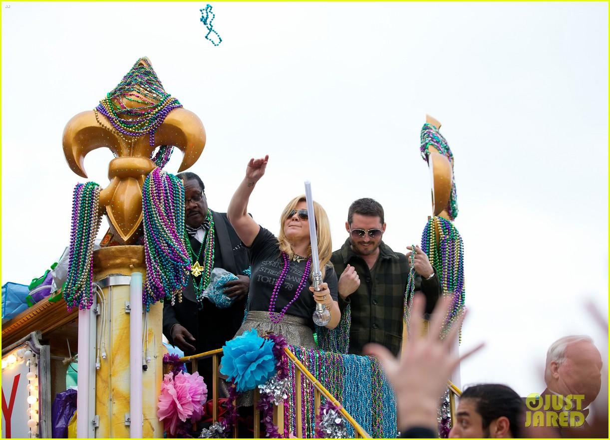 kelly clarkson mardi gras parade with brandon blackstock 072808457