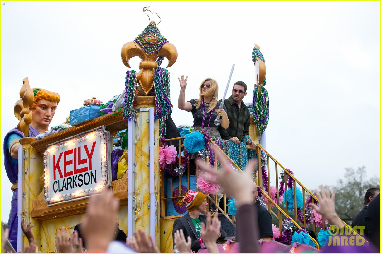 kelly clarkson mardi gras parade with brandon blackstock 092808459