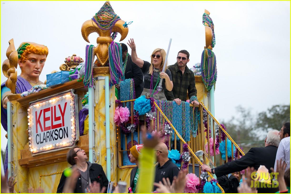 kelly clarkson mardi gras parade with brandon blackstock 112808461