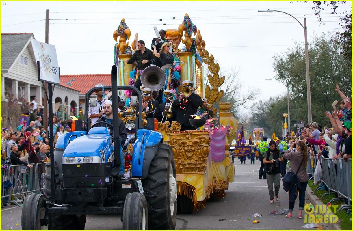 kelly clarkson mardi gras parade with brandon blackstock 18