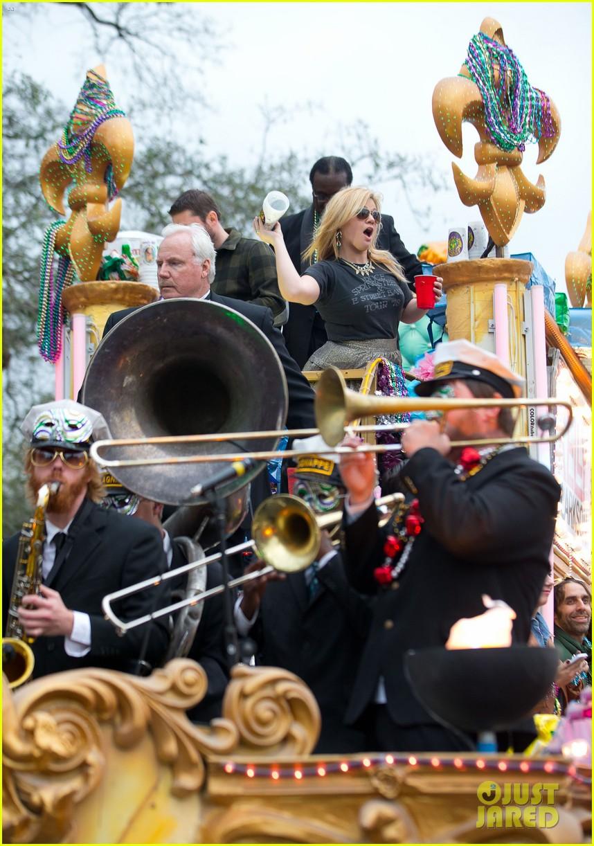 kelly clarkson mardi gras parade with brandon blackstock 202808470