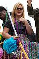 kelly clarkson mardi gras parade with brandon blackstock 10
