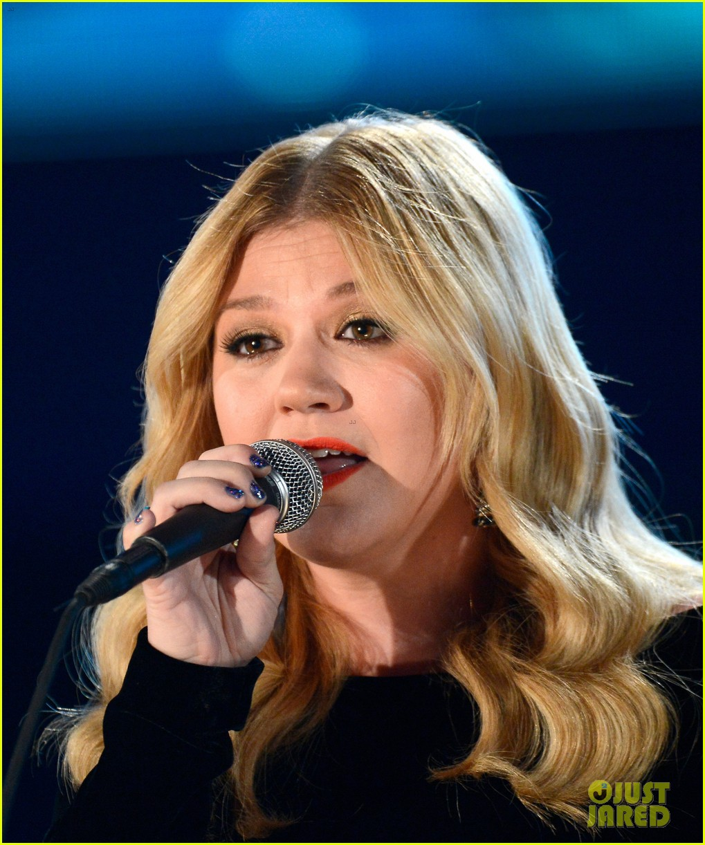 kelly clarkson grammys 2013 performance watch now 022809558