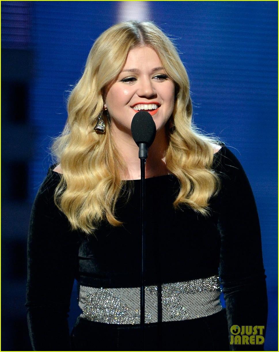 kelly clarkson grammys 2013 performance watch now 05