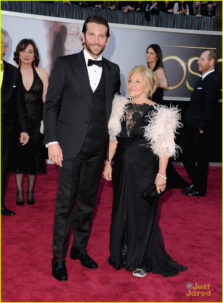 bradley cooper oscars 2013 red carpet 012819563