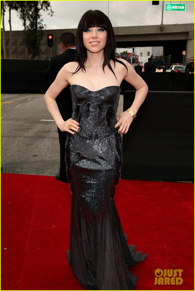 carly rae jepsen grammys red carpet with matthew koma 012809034