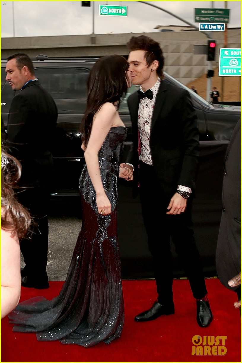 carly rae jepsen grammys red carpet with matthew koma 04
