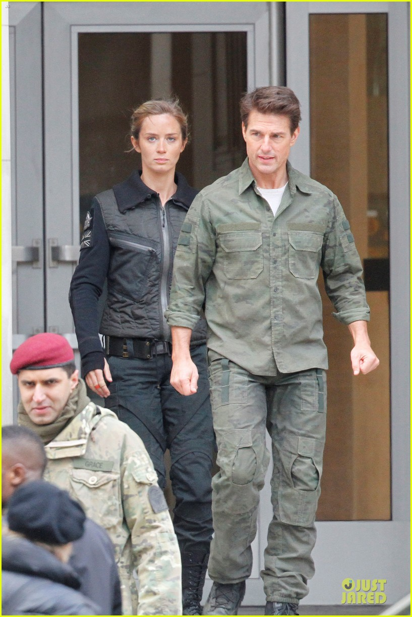 tom cruise all you need is kill set with emily blunt 032803163