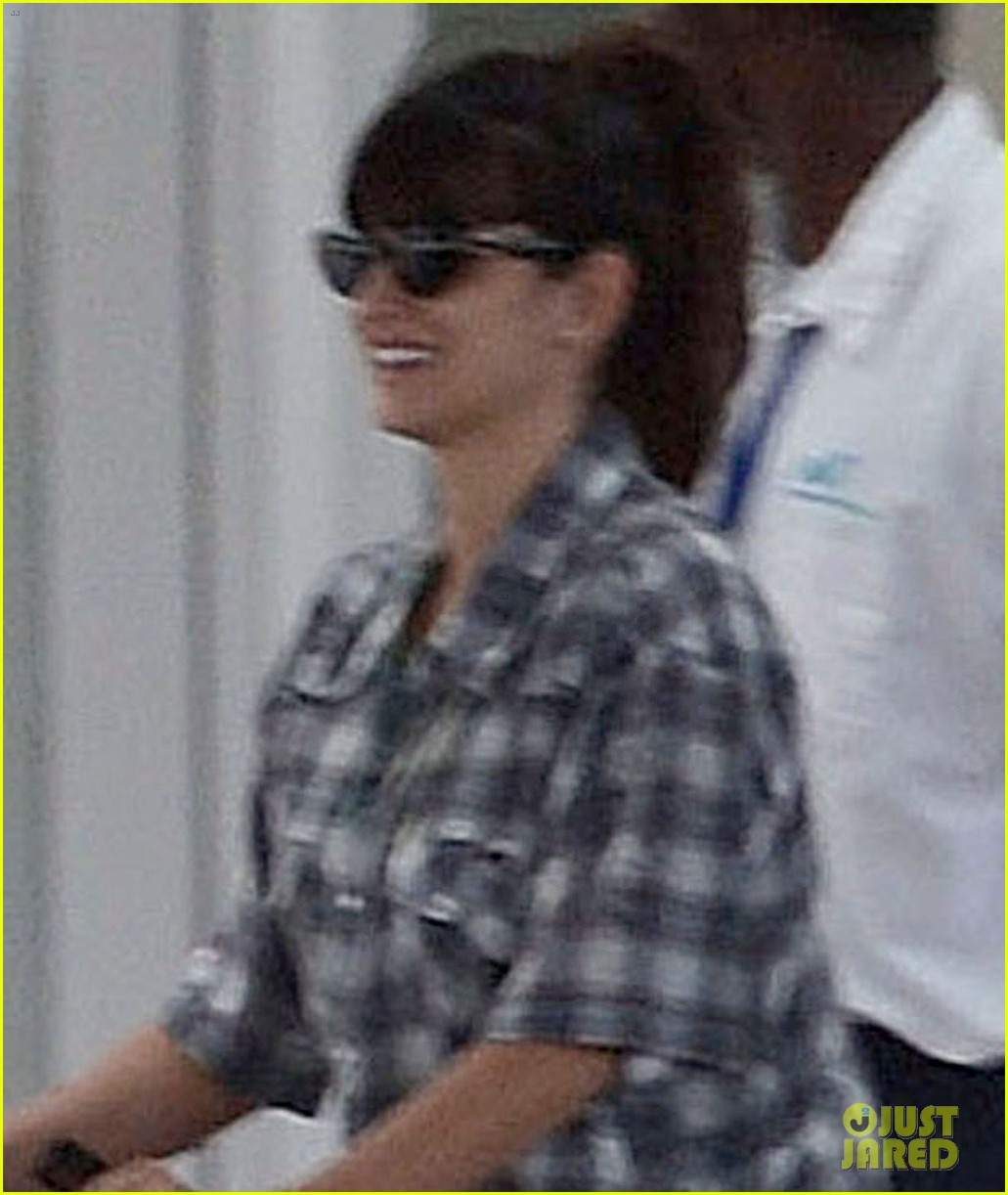 penelope cruz baby bump in the bahamas 02