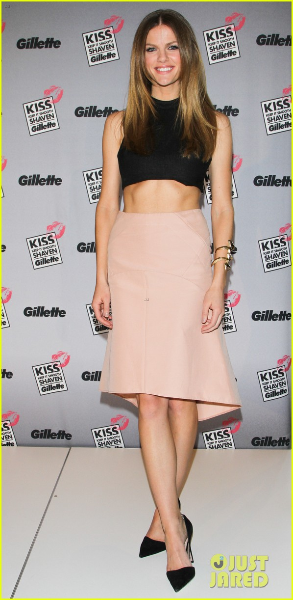 brooklyn decker shaves ray rice at kiss and tell event 012812433
