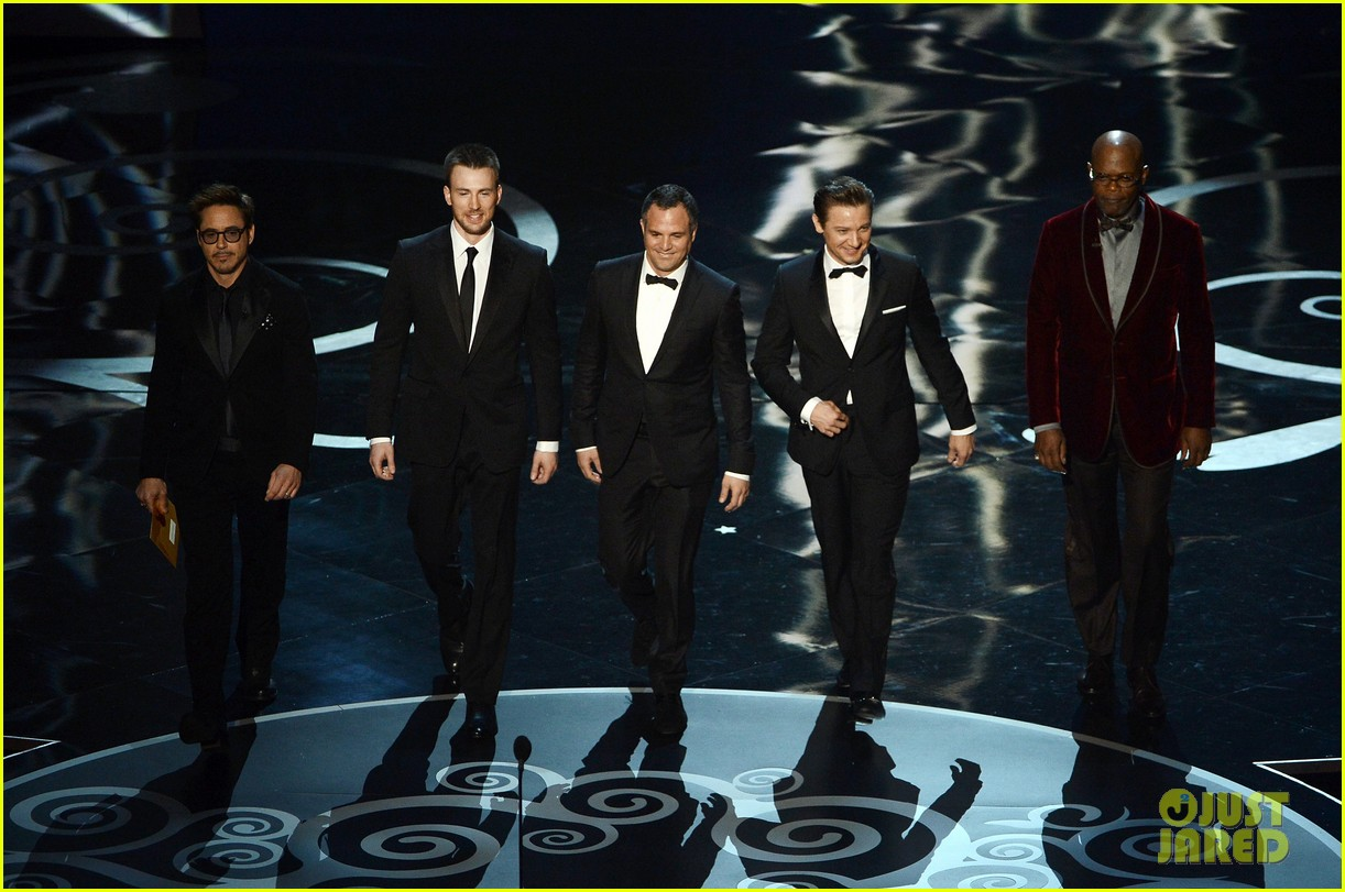 robert downey jr oscars 2013 with the avengers 022819900