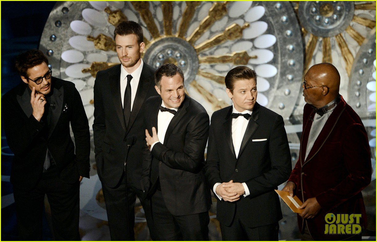 robert downey jr oscars 2013 with the avengers 05