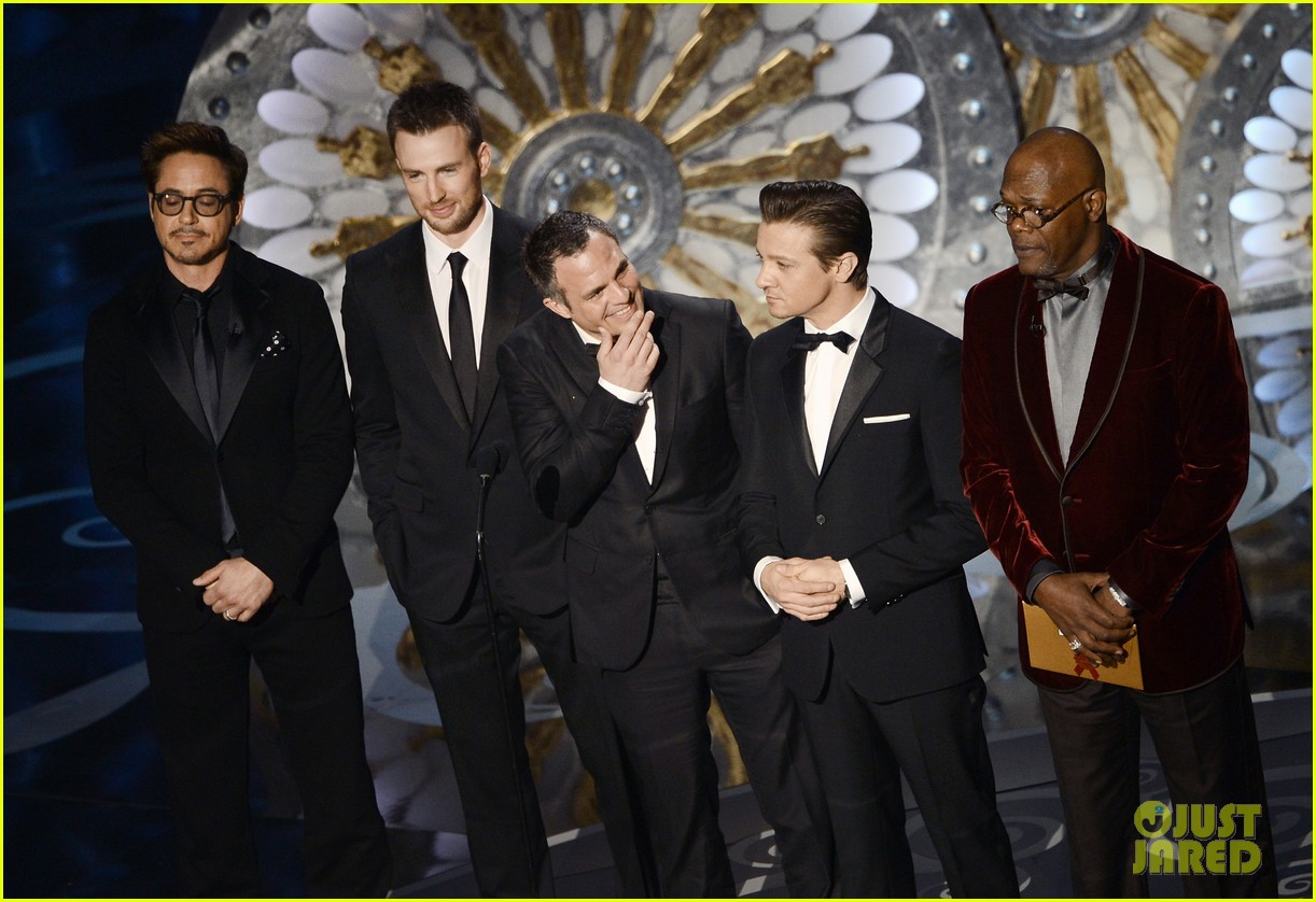 robert downey jr oscars 2013 with the avengers 062819904