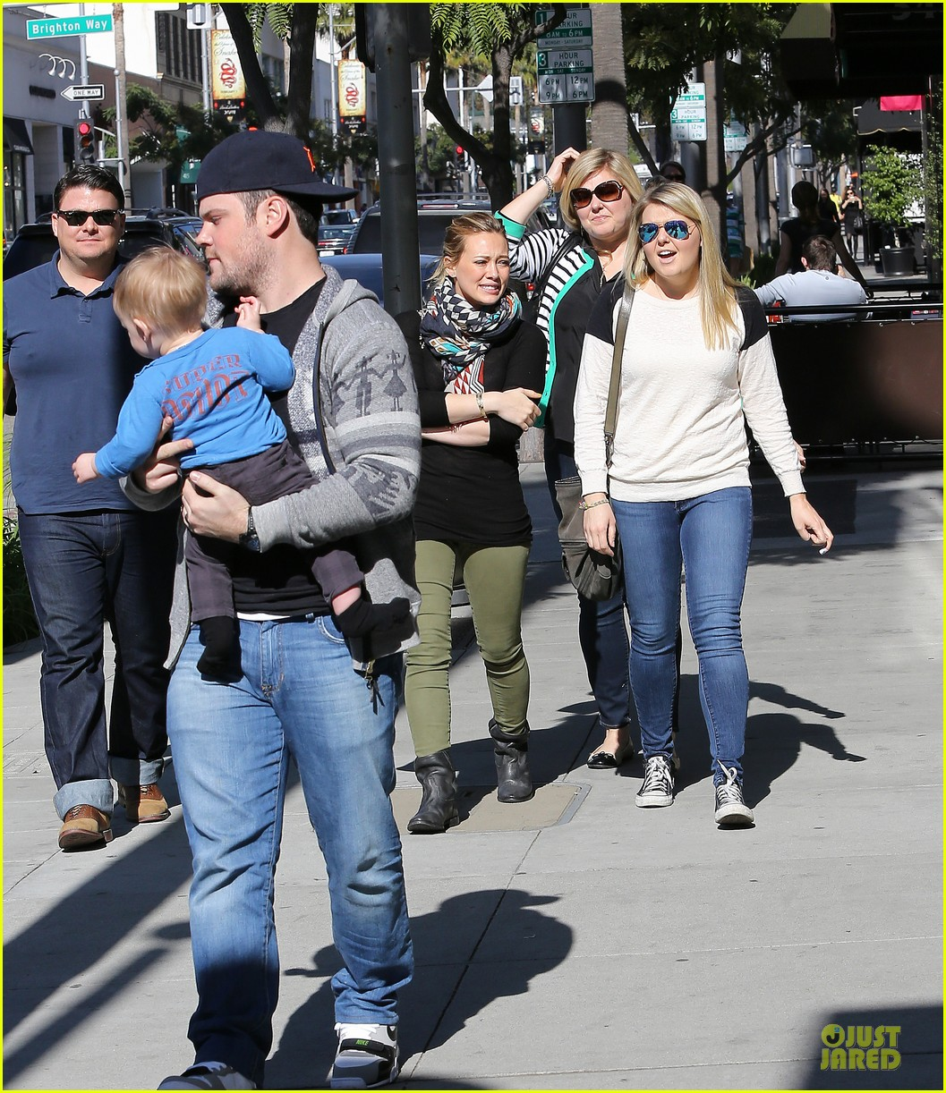 hilary duff mike comrie visiting family breakfast 01