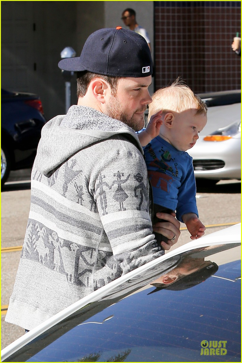 hilary duff mike comrie visiting family breakfast 02