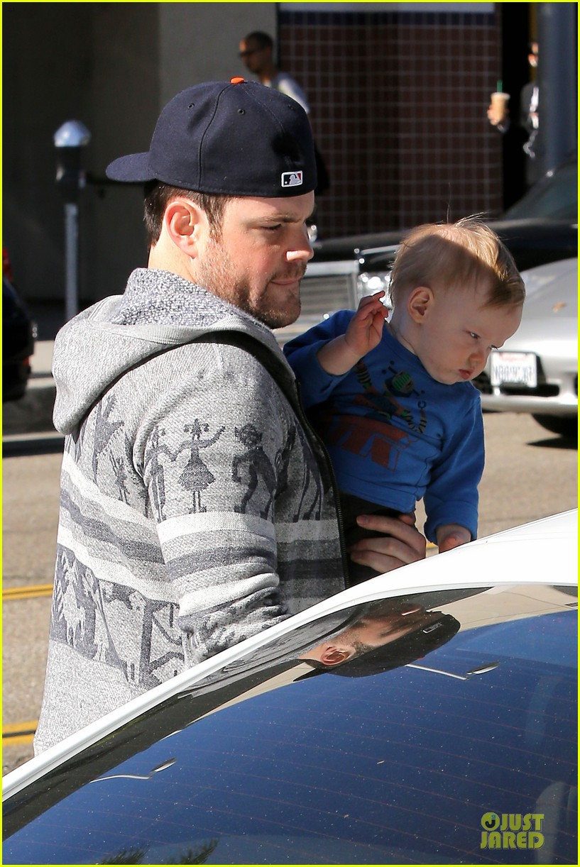 hilary duff mike comrie visiting family breakfast 152813341