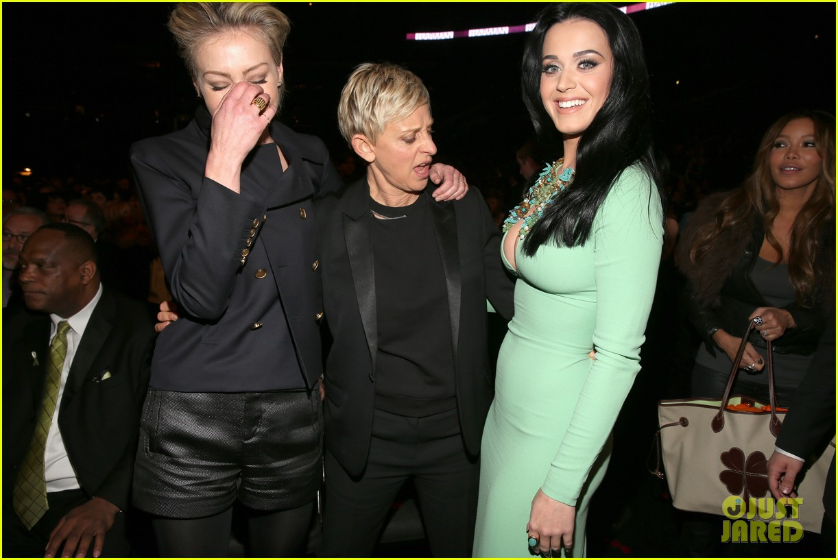 ellen degeneres peeps katy perrys boobs at grammys 2013 04