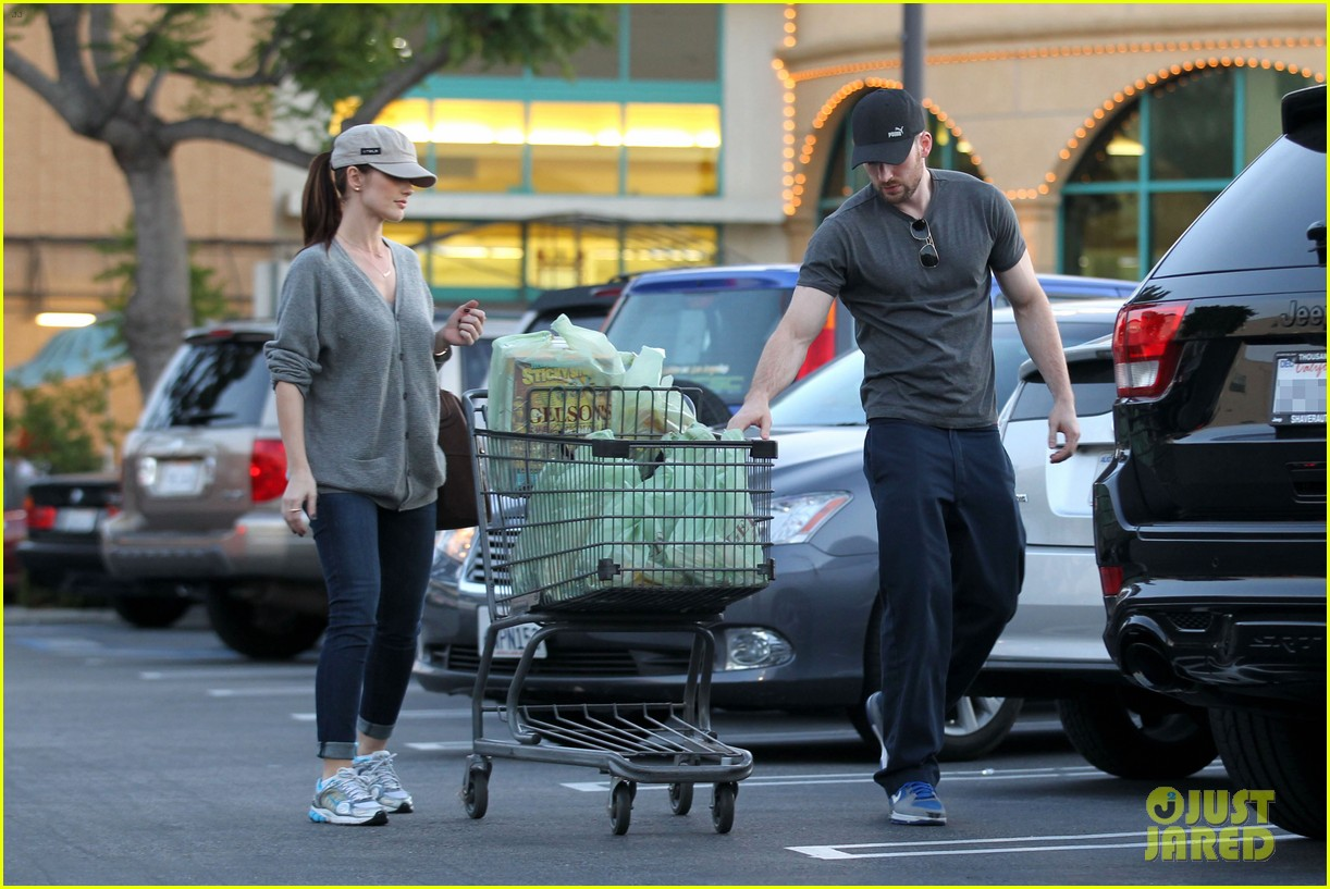 chris evans minka kelly valentines day grocery shopping 03