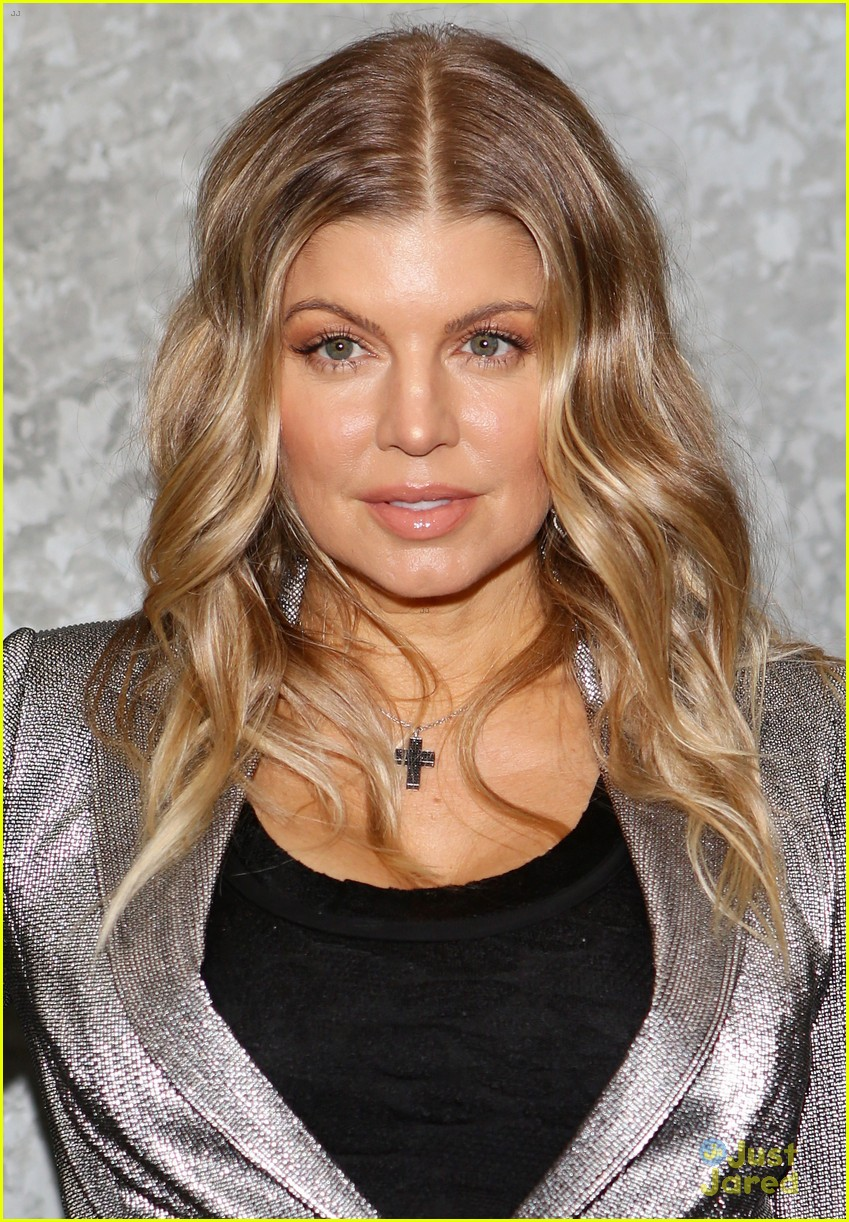 fergie front row at armani 022818390