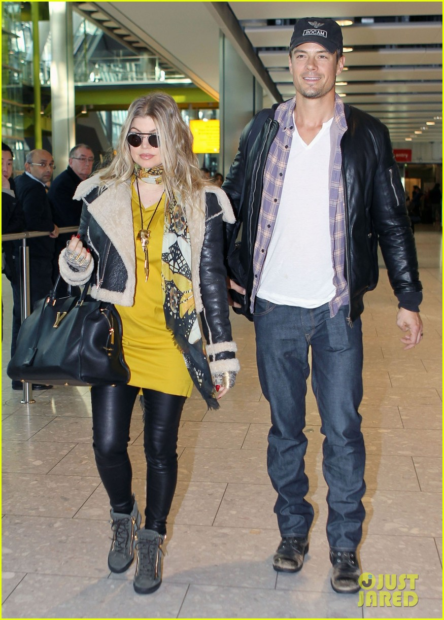fergie pregnant heathrow arrival with josh duhamel 01