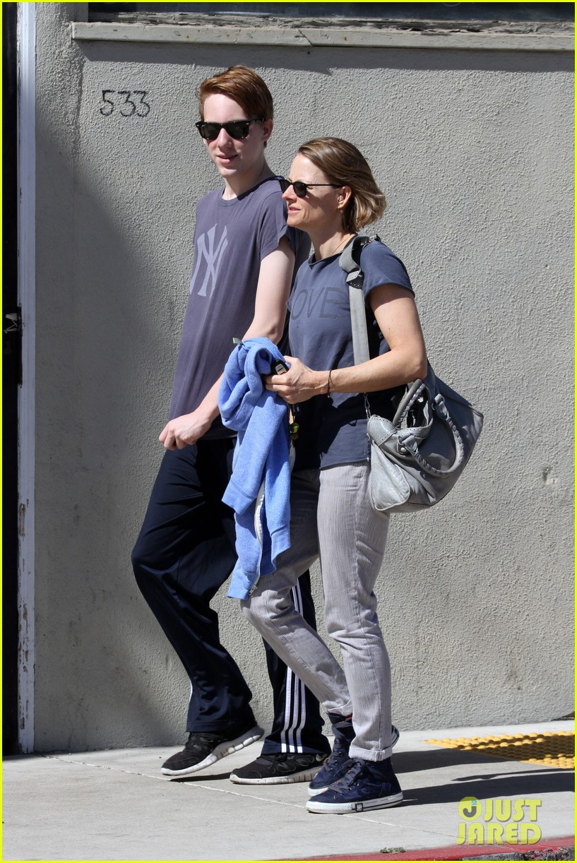 jodie foster venice beach breakfast with son charles 09