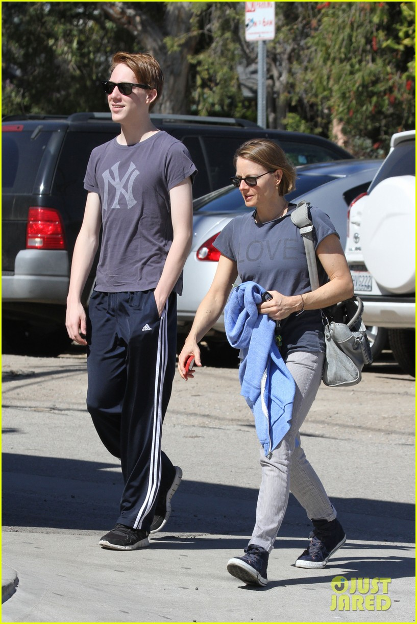 jodie foster venice beach breakfast with son charles 15