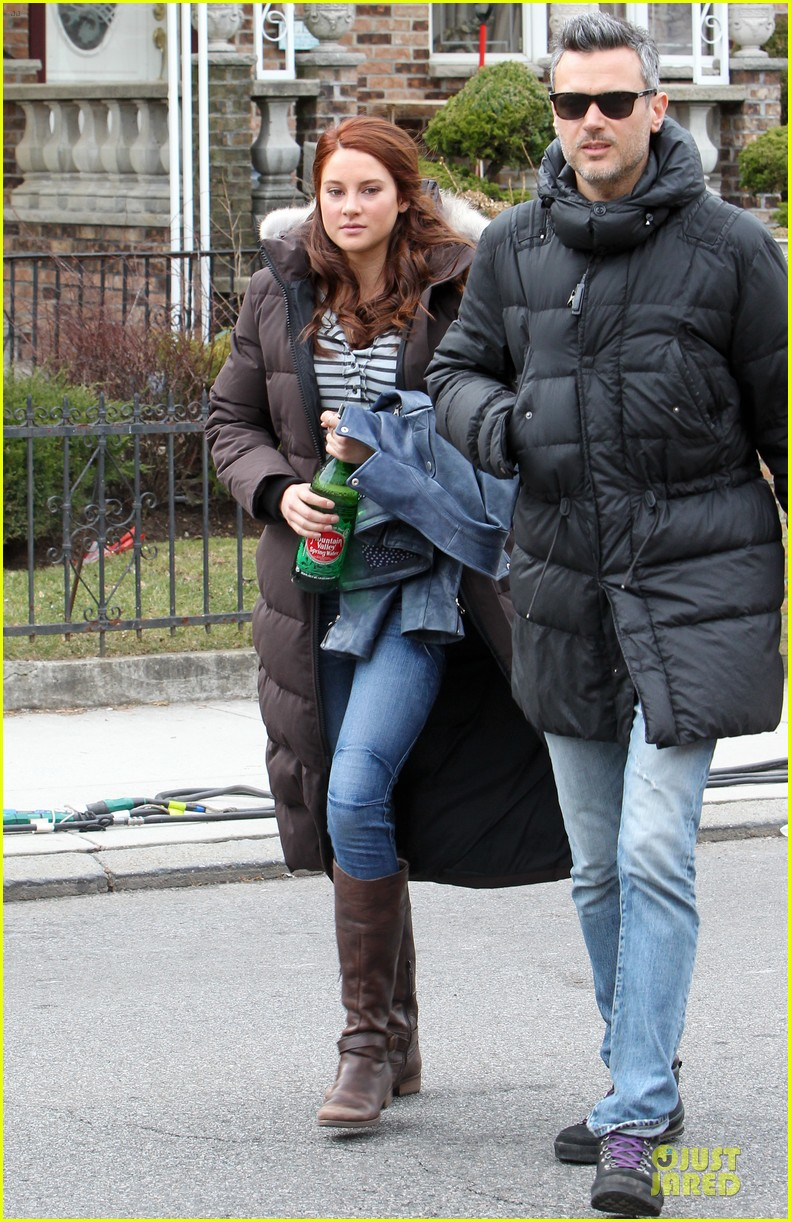 andrew garfield amazing spider man 2 set with motorcyclist shailene woodley 032821353