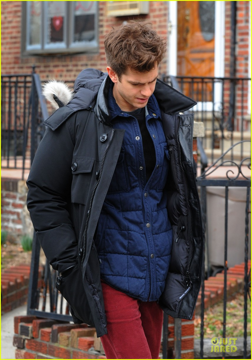 andrew garfield amazing spider man 2 set with motorcyclist shailene woodley 082821358