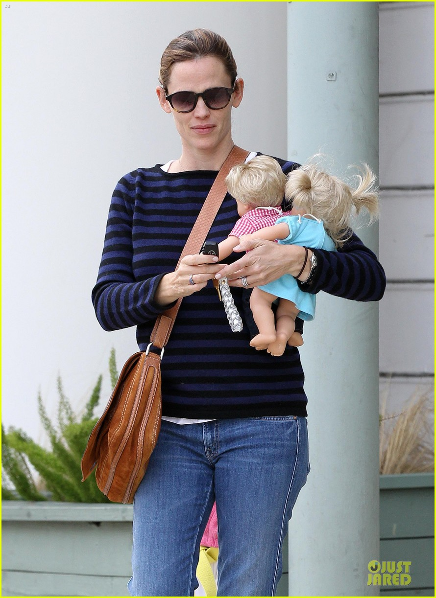 jennifer garner karate drop off with seraphina dolls 042803022