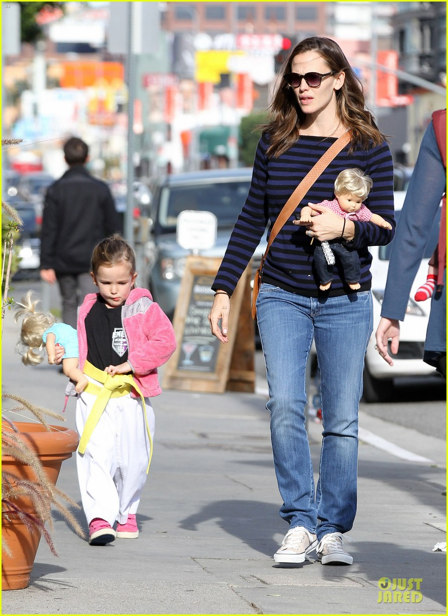 jennifer garner karate drop off with seraphina dolls 082803026
