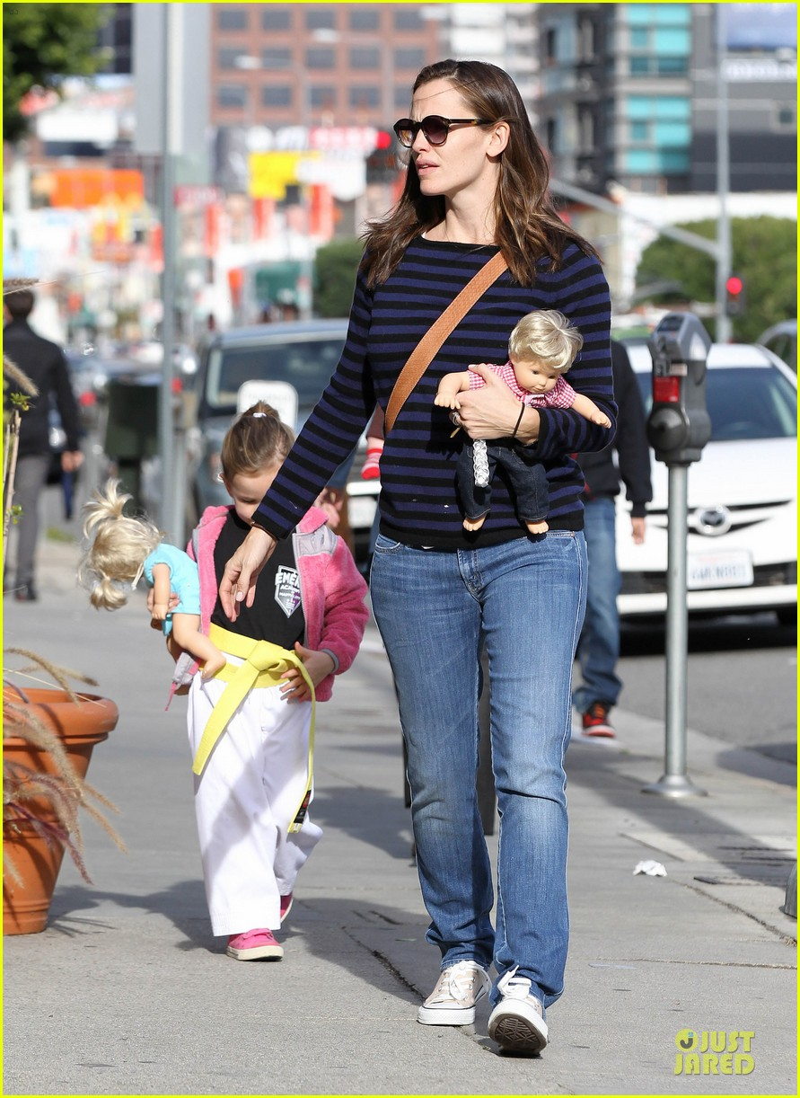 jennifer garner karate drop off with seraphina dolls 11