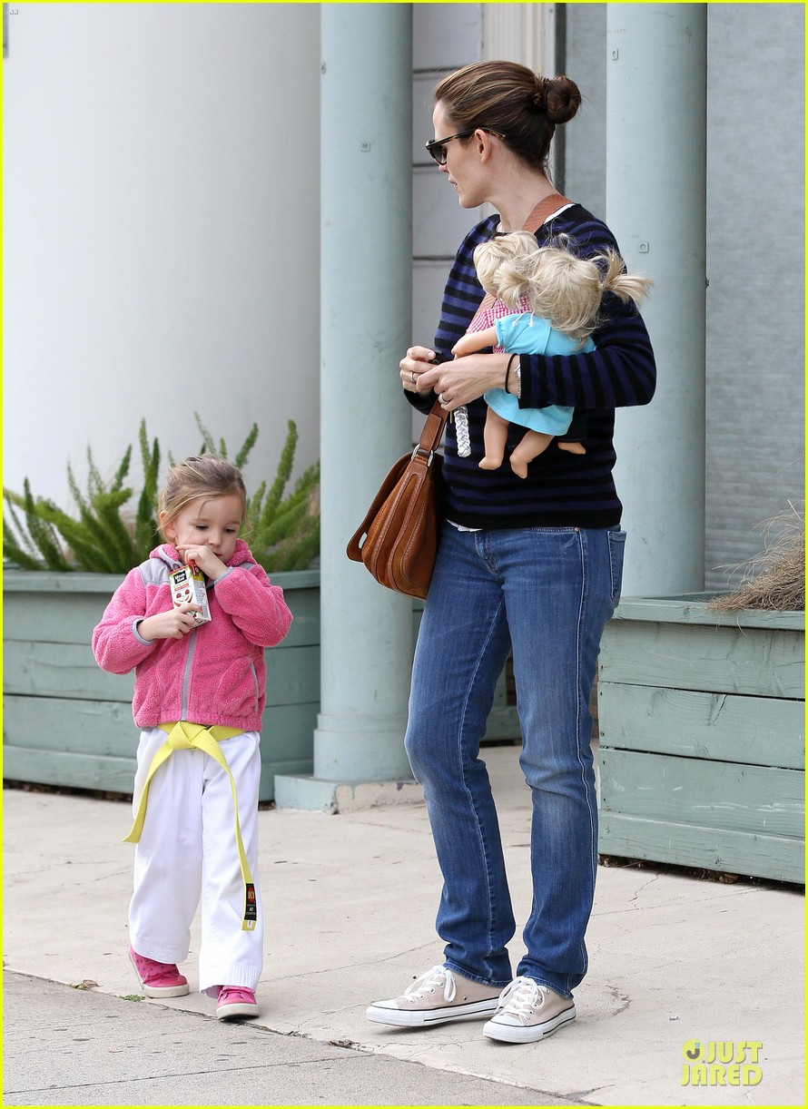 jennifer garner karate drop off with seraphina dolls 17