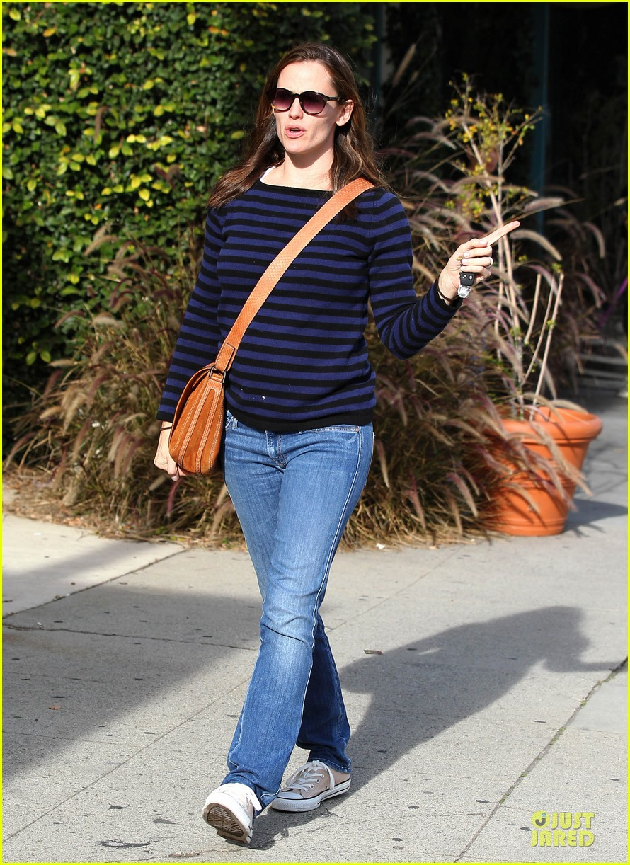 jennifer garner karate drop off with seraphina dolls 28