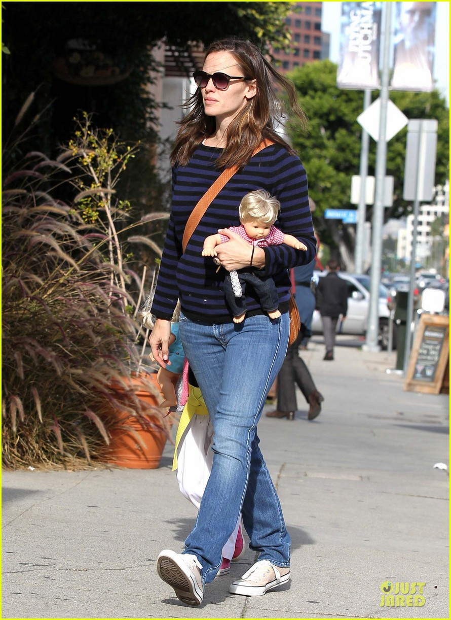 jennifer garner karate drop off with seraphina dolls 32