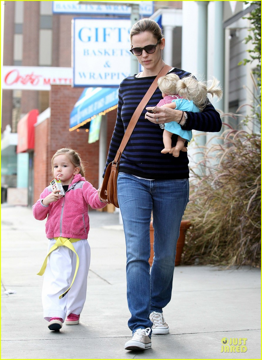 jennifer garner karate drop off with seraphina dolls 45
