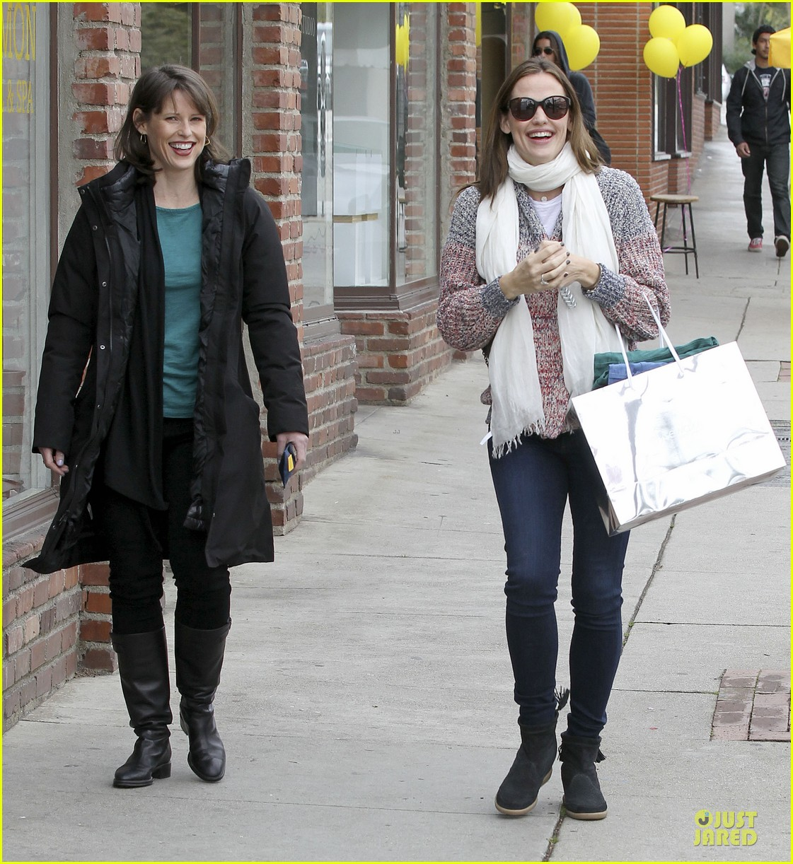 jennifer garner scarves shopping with sister susannah 222807497