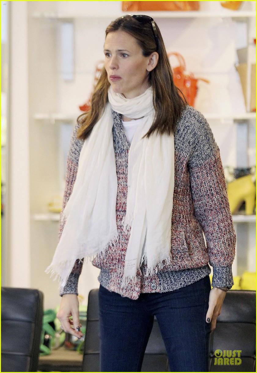 jennifer garner scarves shopping with sister susannah 302807505