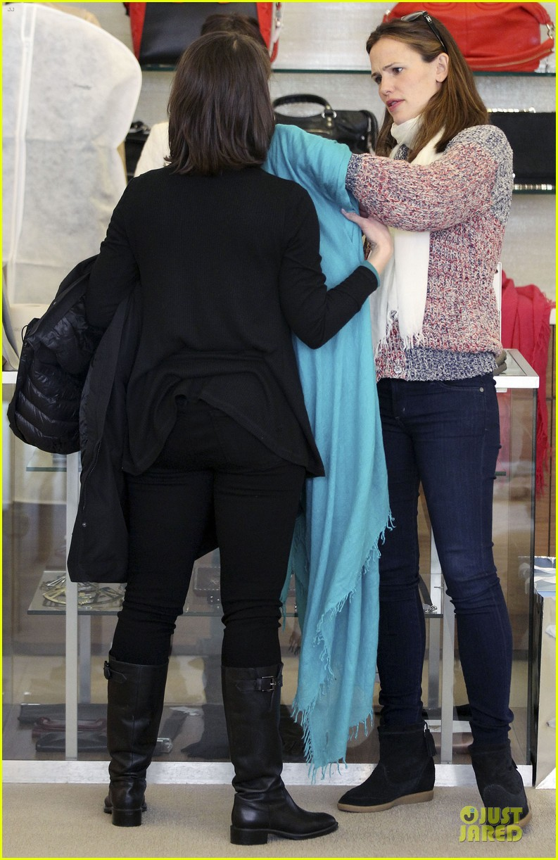 jennifer garner scarves shopping with sister susannah 33