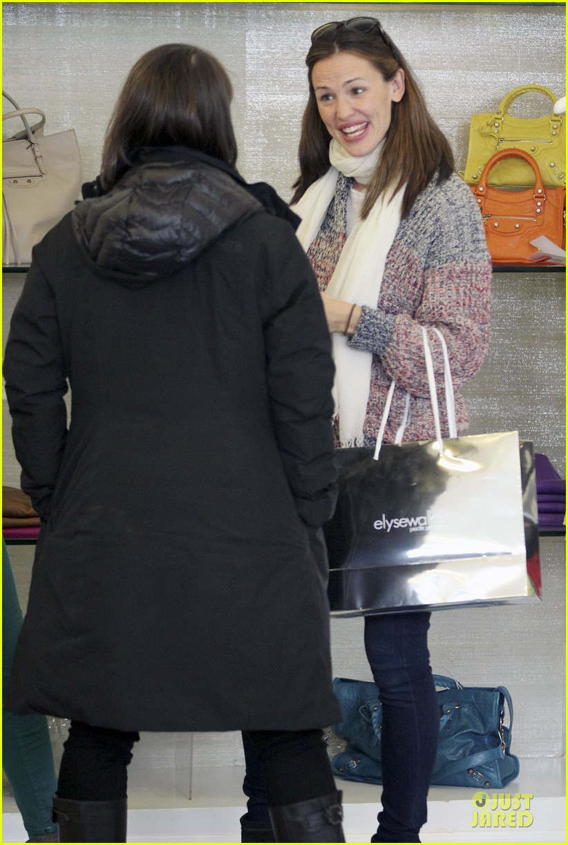 jennifer garner scarves shopping with sister susannah 342807509