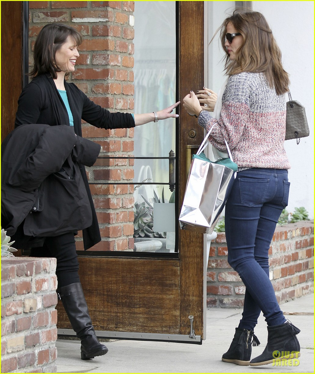 jennifer garner scarves shopping with sister susannah 35