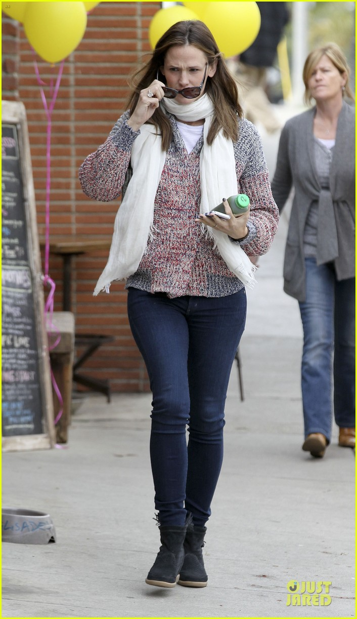 jennifer garner scarves shopping with sister susannah 382807513