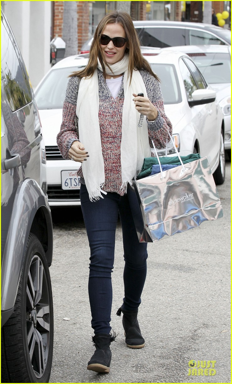 jennifer garner scarves shopping with sister susannah 41