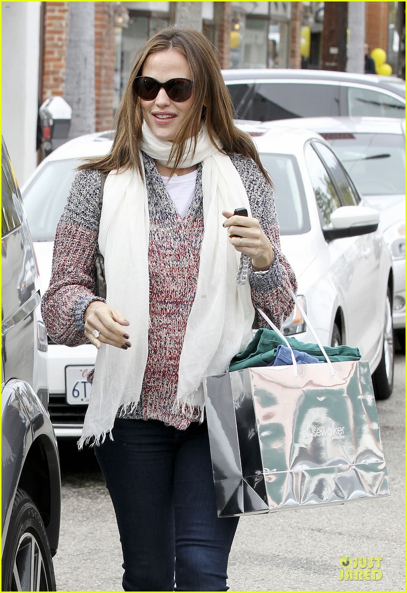 jennifer garner scarves shopping with sister susannah 422807517