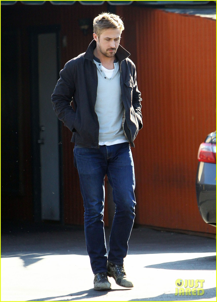 ryan gosling grabs lunch eva mendes hugo head out 032811576