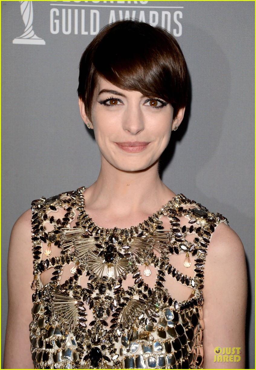 anne hathaway cdg awards 2013 red carpet 02