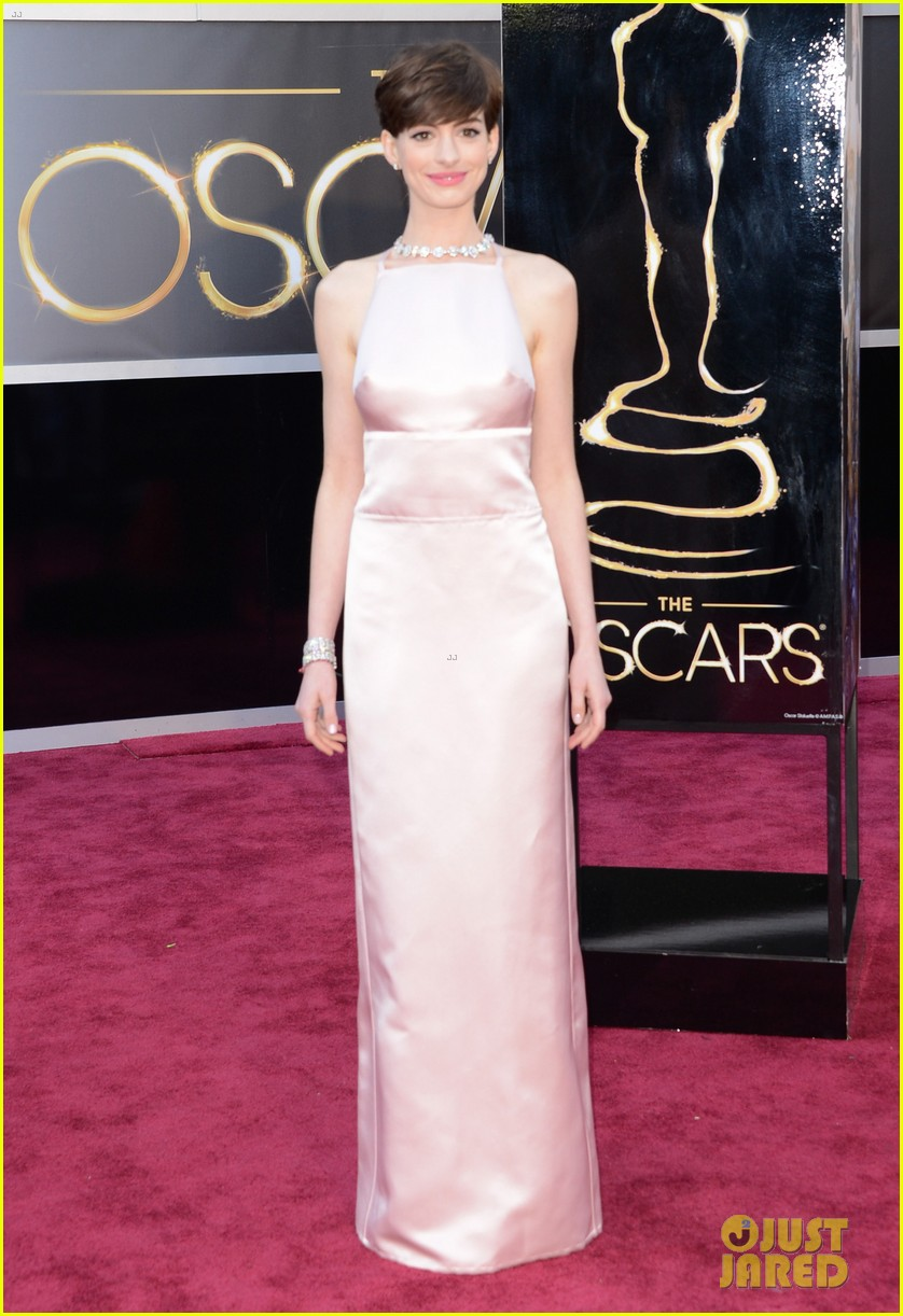 anne hathaway oscars 2013 red carpet 032819071