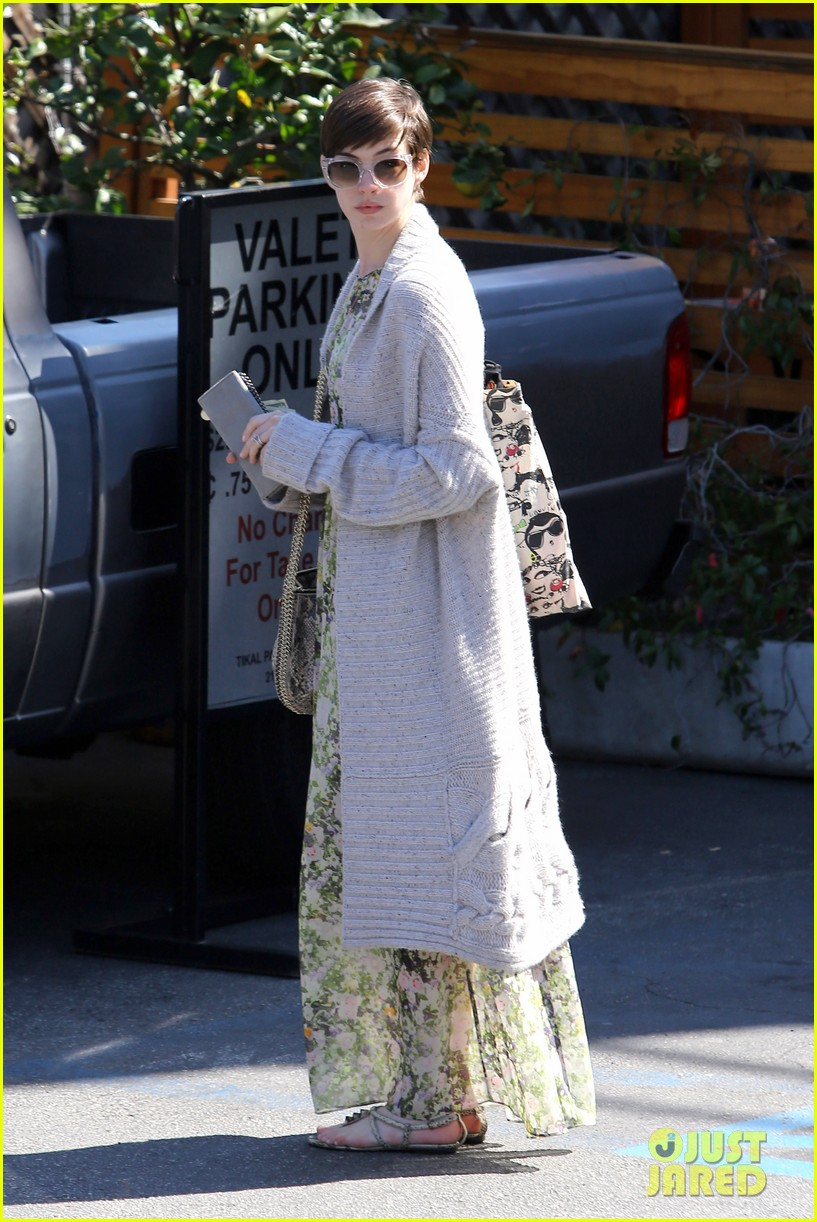 anne hathaway steps out post oscar win in beverly hills 04